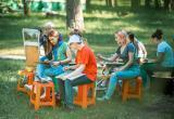 «Вперёд, за вдохновением!»: ребята в лагере «Уралец» рисовали природу под руководством знаменитого художника