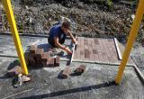 «В едином стиле»: в саткинском микрорайоне продолжается строительство спортивно-досуговой площадки