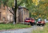 Пожарные автомобили остановились недалеко от больницы: что случилось в Бакале?