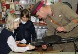 «Прикоснулись к истории»: учащиеся саткинской школы № 11 побывали на выставке «Оружие Победы»