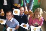 «Присоединяйтесь!»: саткинские школьники делают съедобные кормушки для птиц