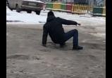«Лучше бы помог!»: саткинцы осудили автора видео, на котором мужчина падает несколько раз подряд
