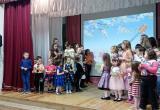 Саткинские театральные коллективы «Солнцеград» и «Маска» поздравили мам с прошедшим праздником