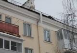 «Она растёт с каждым днём!»: жители одного из домов в Сатке просят сбить сосульку